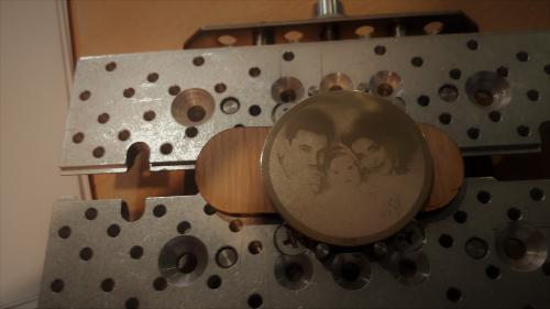 гравировка на золотой монете обереге