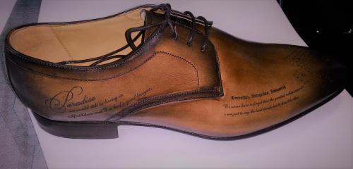 гравировка на кожанной обуви